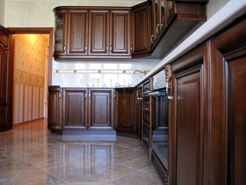 дизайн мебели для кухни изготовленной на заказ в темном цвете