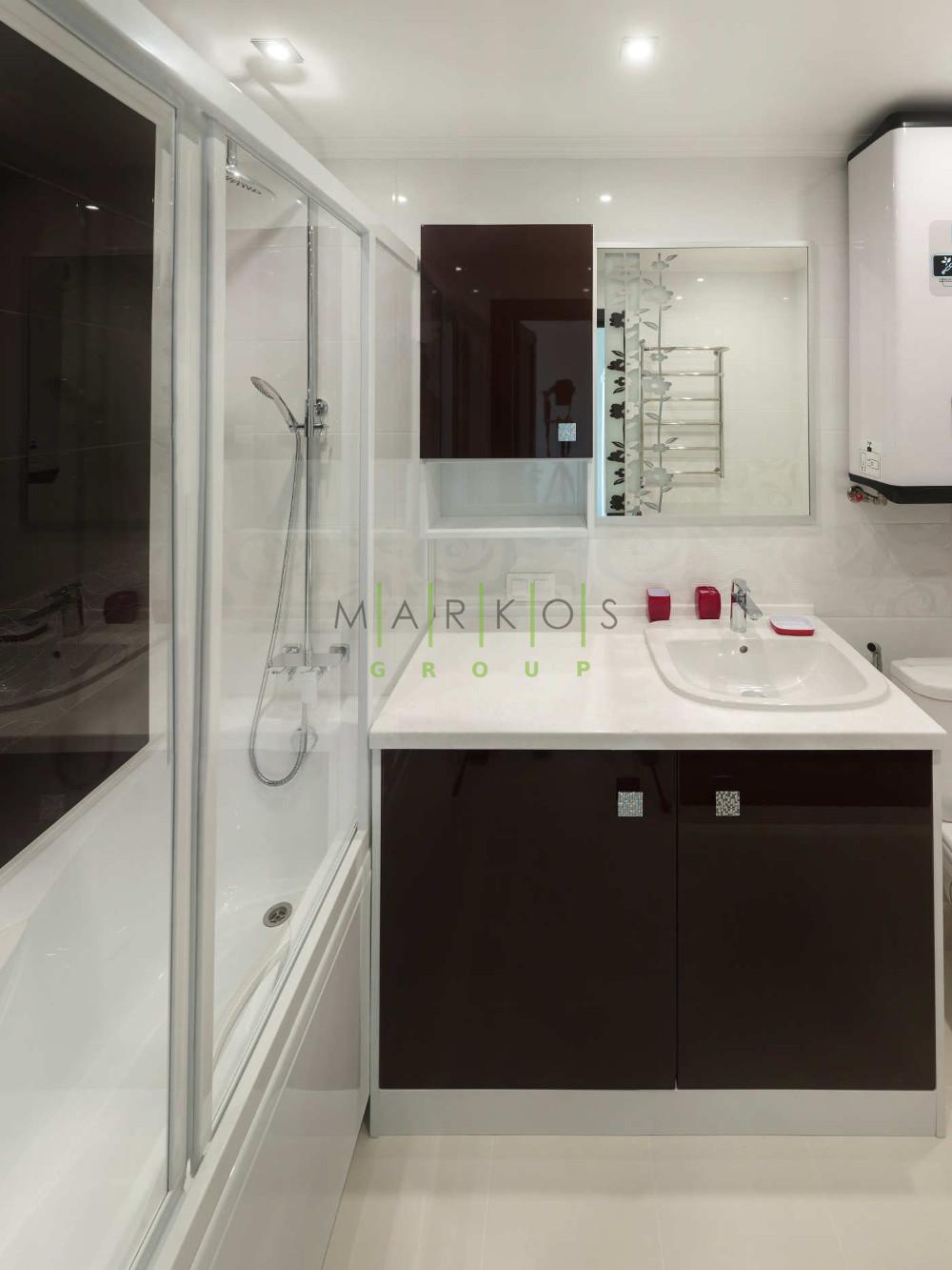 на фото темная мебель изготовленная для светлоц ванной комнаты на заказ в Черкассах