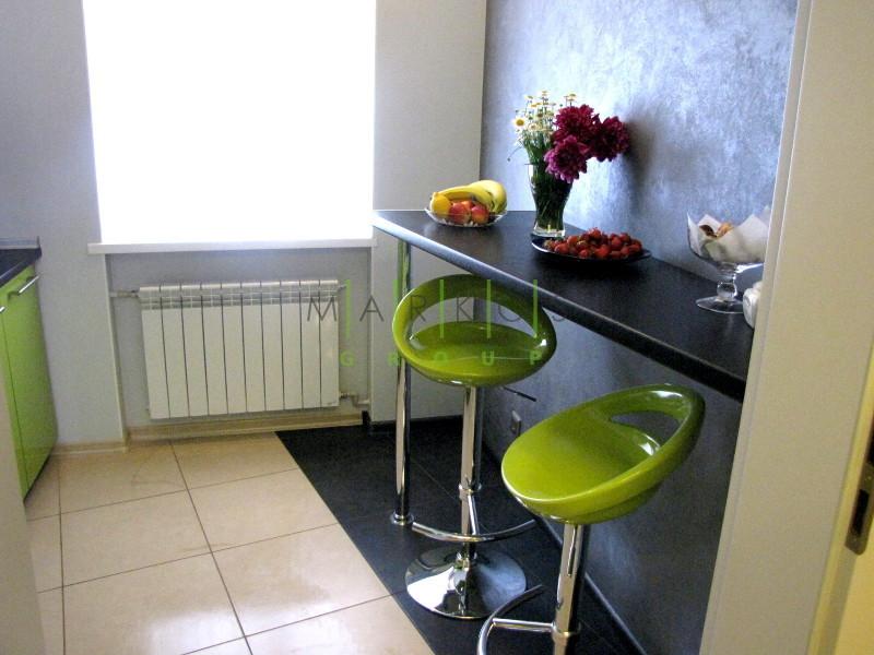 фото-мебели-изготовленной-на-заказ-для-кухни-в-зеленом-цвете-по-индивидуальному-дизайну
