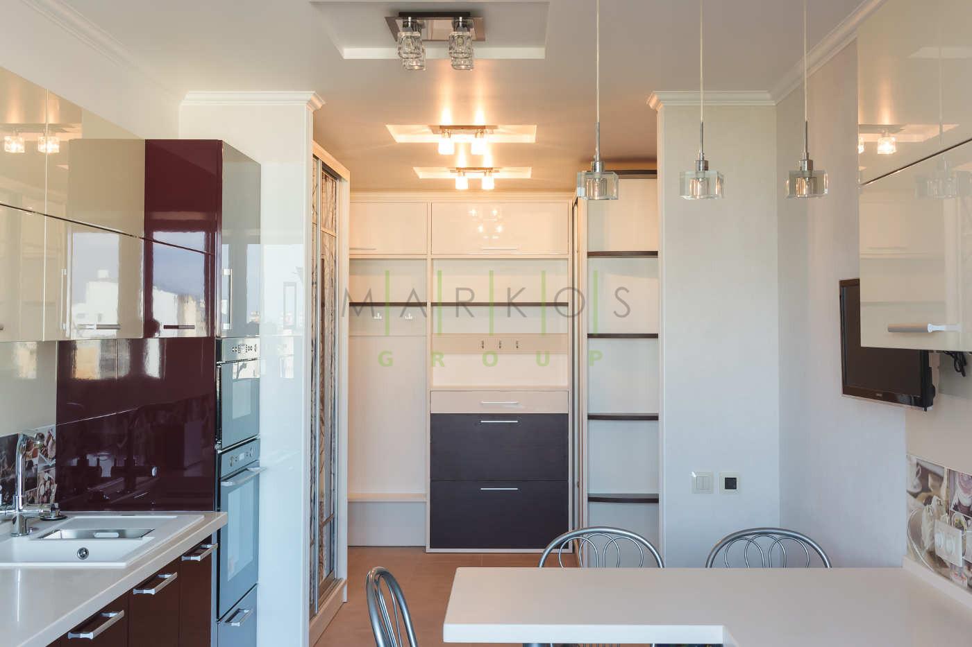 светло белая с бордовым цветом мебель для кухни изготовленная на заказ