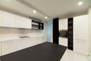 дизайн интерьера кухни в белом цвете в городе Киев