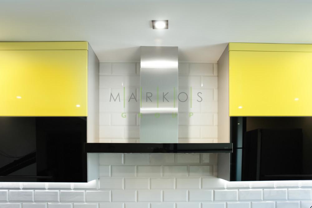 на фото подвесные полочки для кухни в желтом цвете изготовленные на заказ