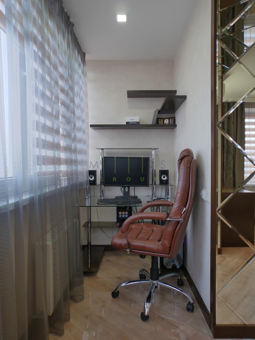 мебель для кабинета на балконе изготовлена на заказ