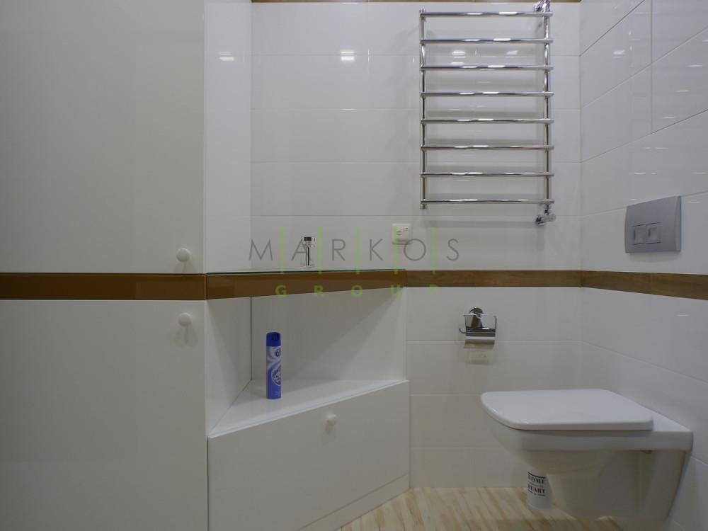 на фото полочка и тумбочка для ванной комнаты сделанная на заказ в Черкассах