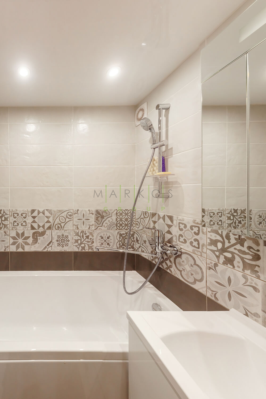 фото белой ванной комнаты сделанной на заказ
