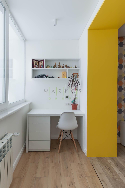 фото мебель сделанной на заказ для кабинета на балконе в белом цвете