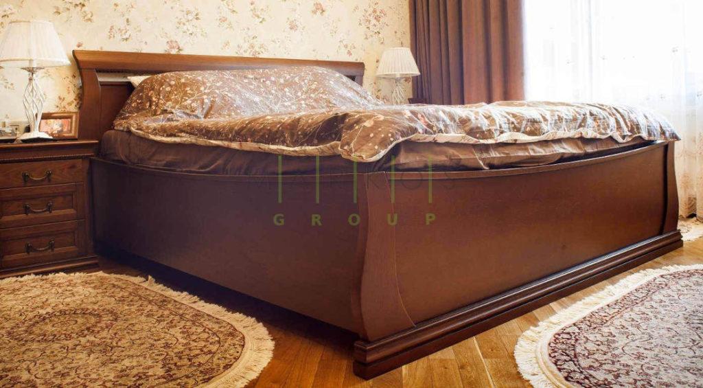 кровать изготовлена из массива дерева на заказ