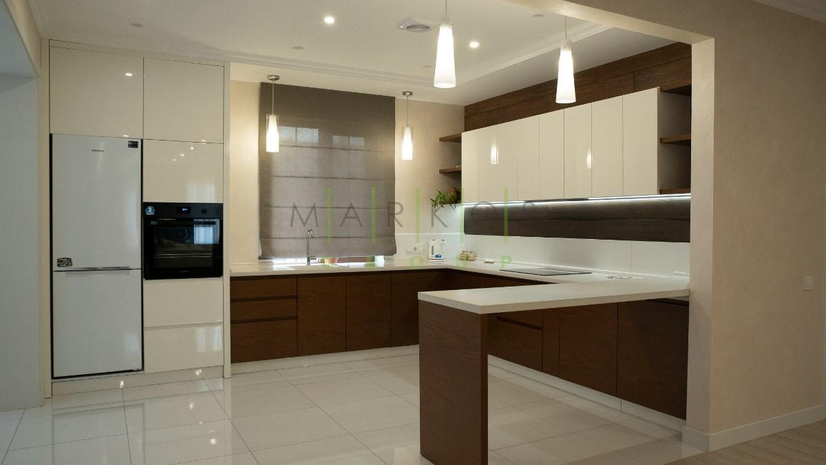 светло коричневая мебель изготовлена на заказ для кухни