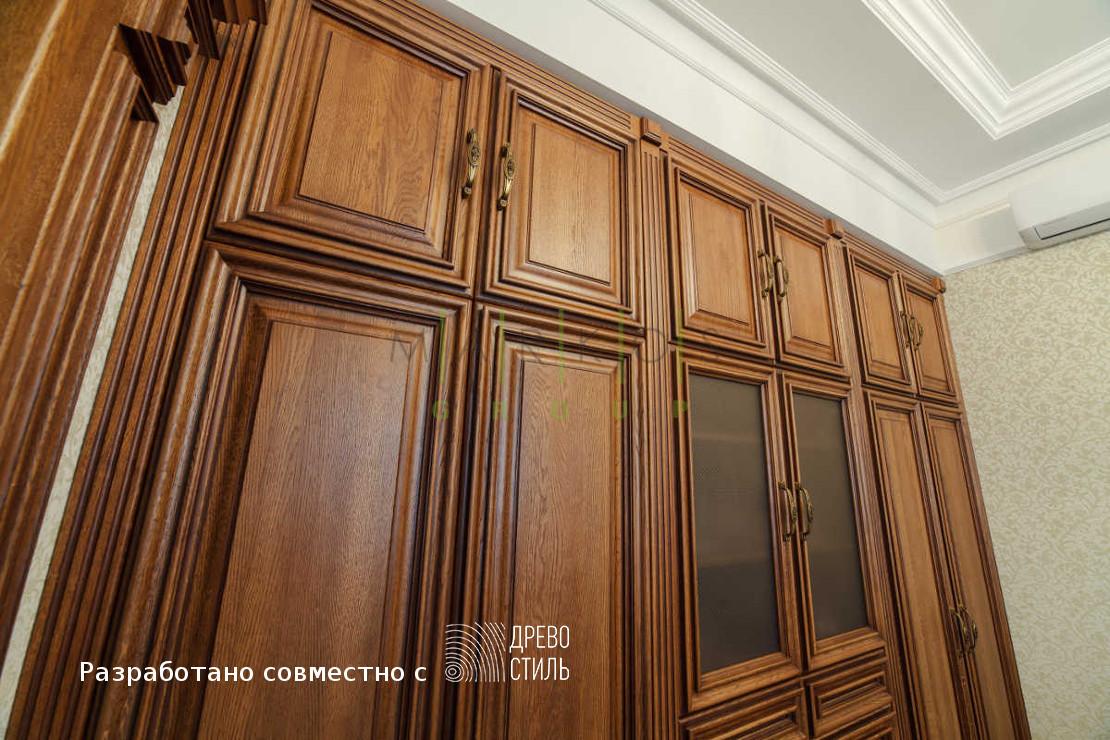 шкаф изготовленный на заказ из массива дерева от компании по изготовлению мебели под заказ